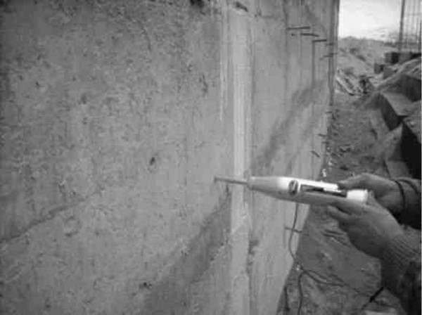 Рис. 1. Определение прочности бетона неразрушающим методом на фундаменте мельницы